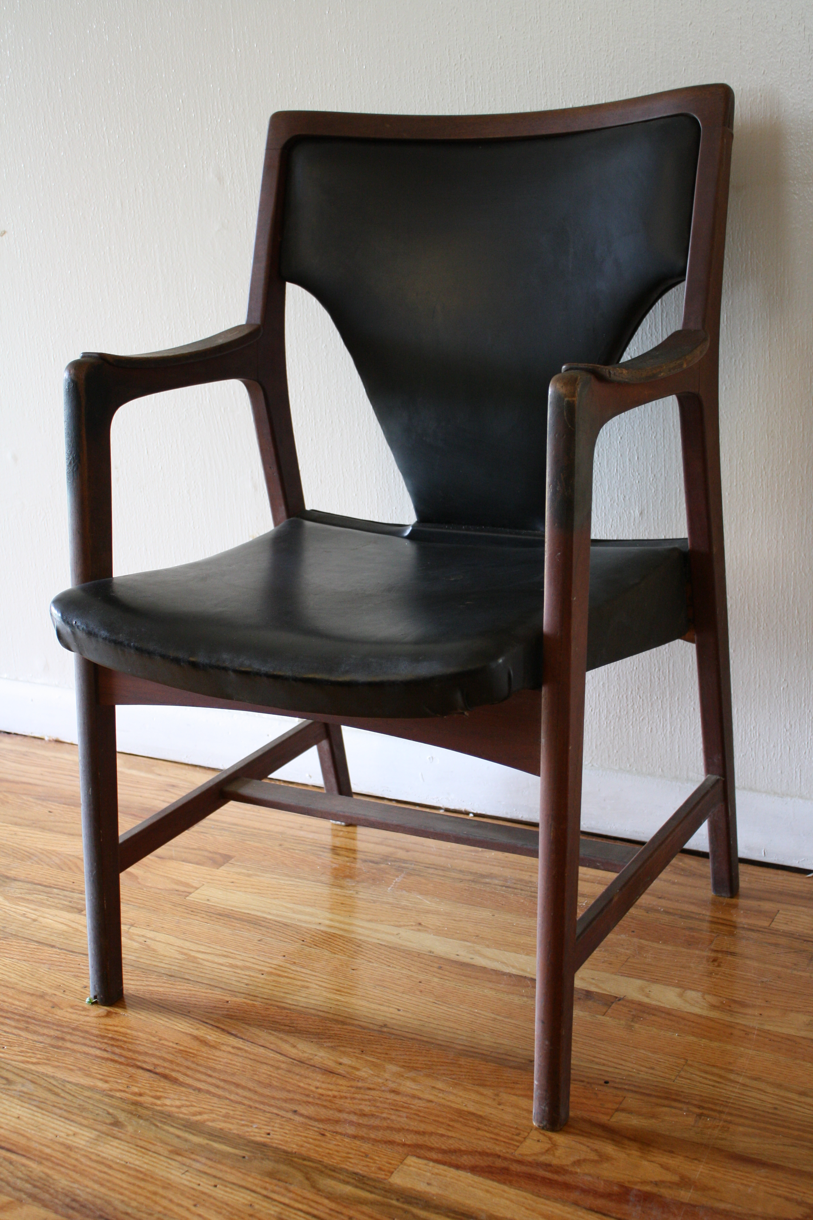 Vintage leather chair with tack details picked vintage for Vintage retro chairs