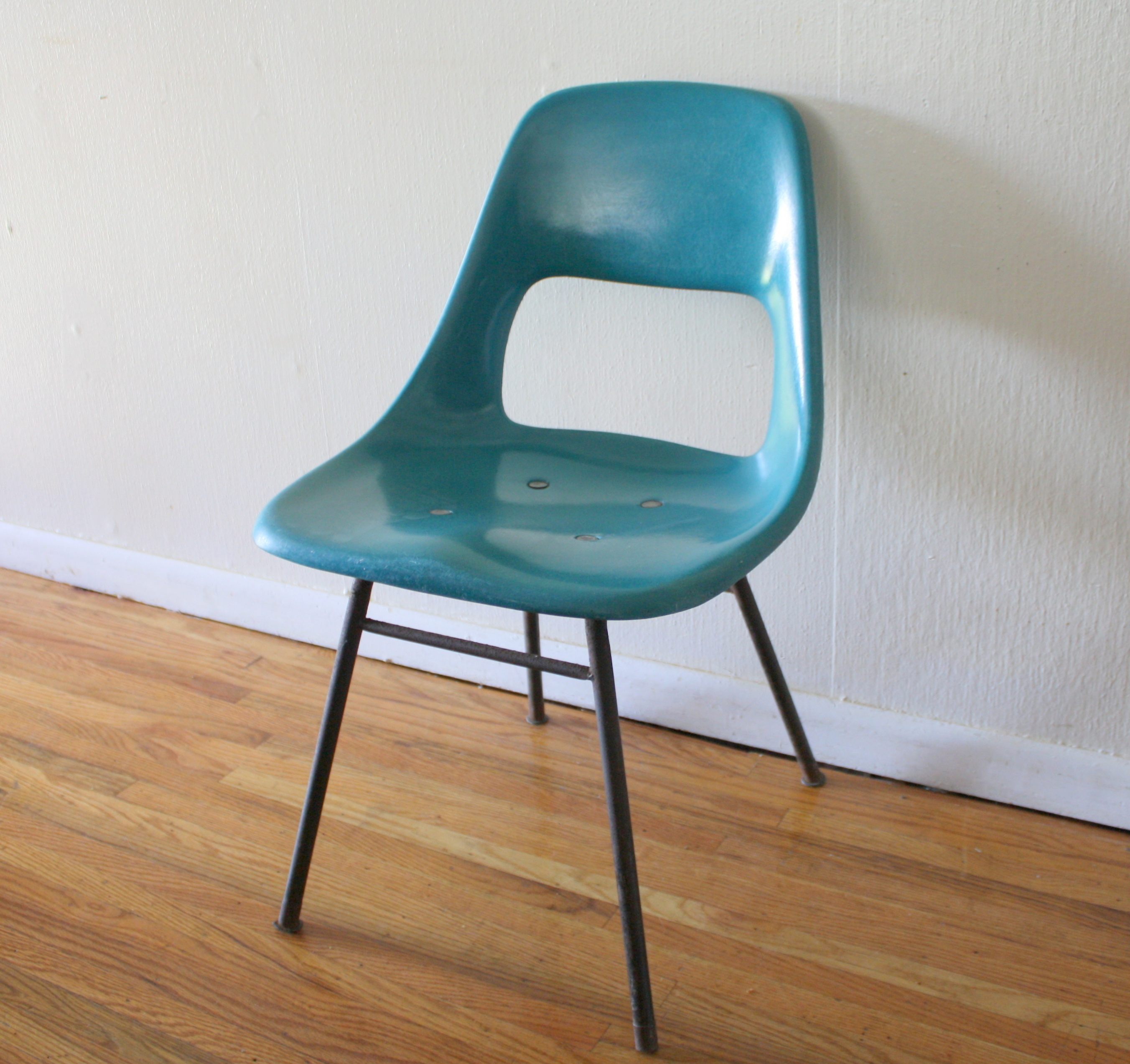 Charmant Blue Fiberglass Chair 2