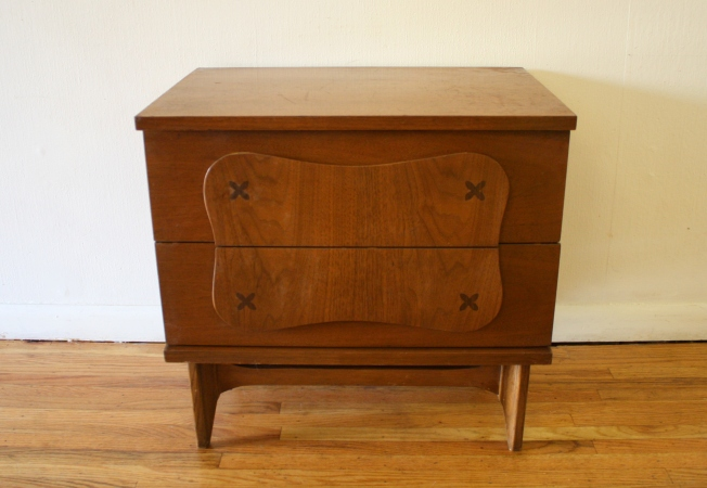 Bassett side end table with inlaid wood design, 2 dovetailed drawers: $275