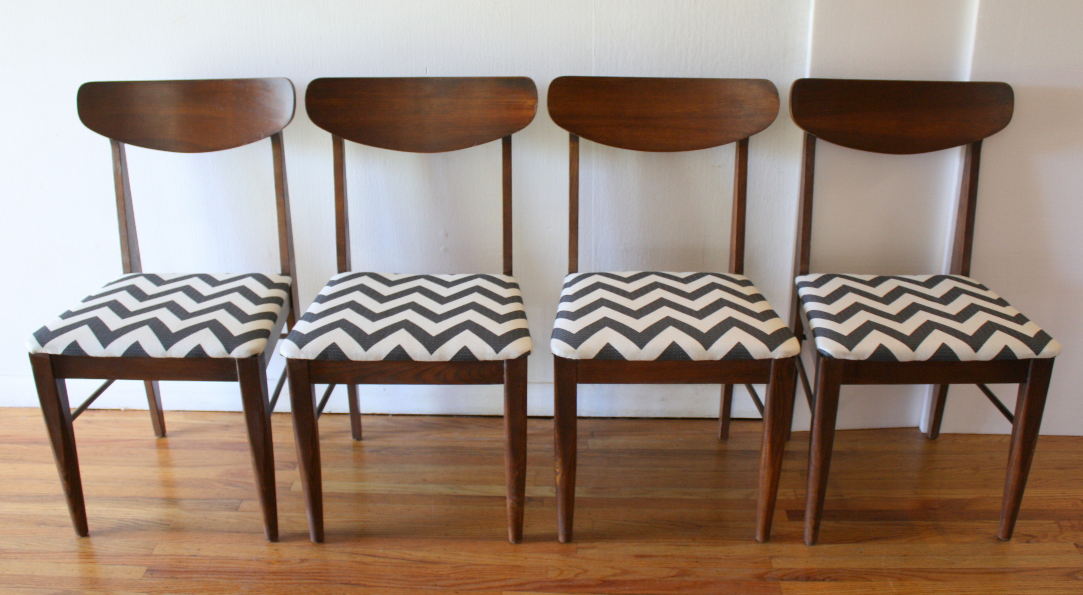 mcm dining chair set of 4 black and white chevron 1