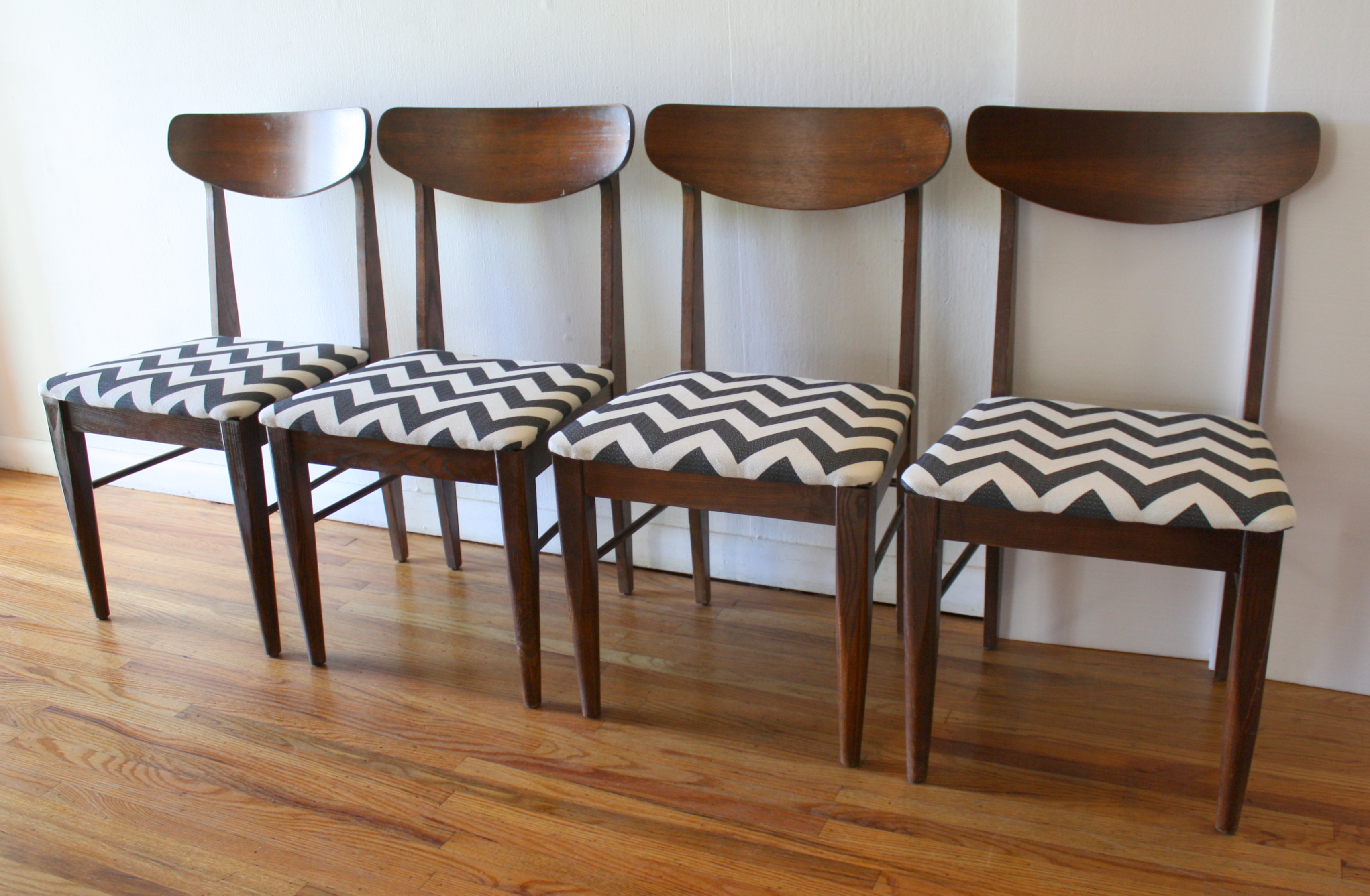 Pleasing Mcm Dining Chair Set Of 4 Black And White Chevron 2 Picked Bralicious Painted Fabric Chair Ideas Braliciousco