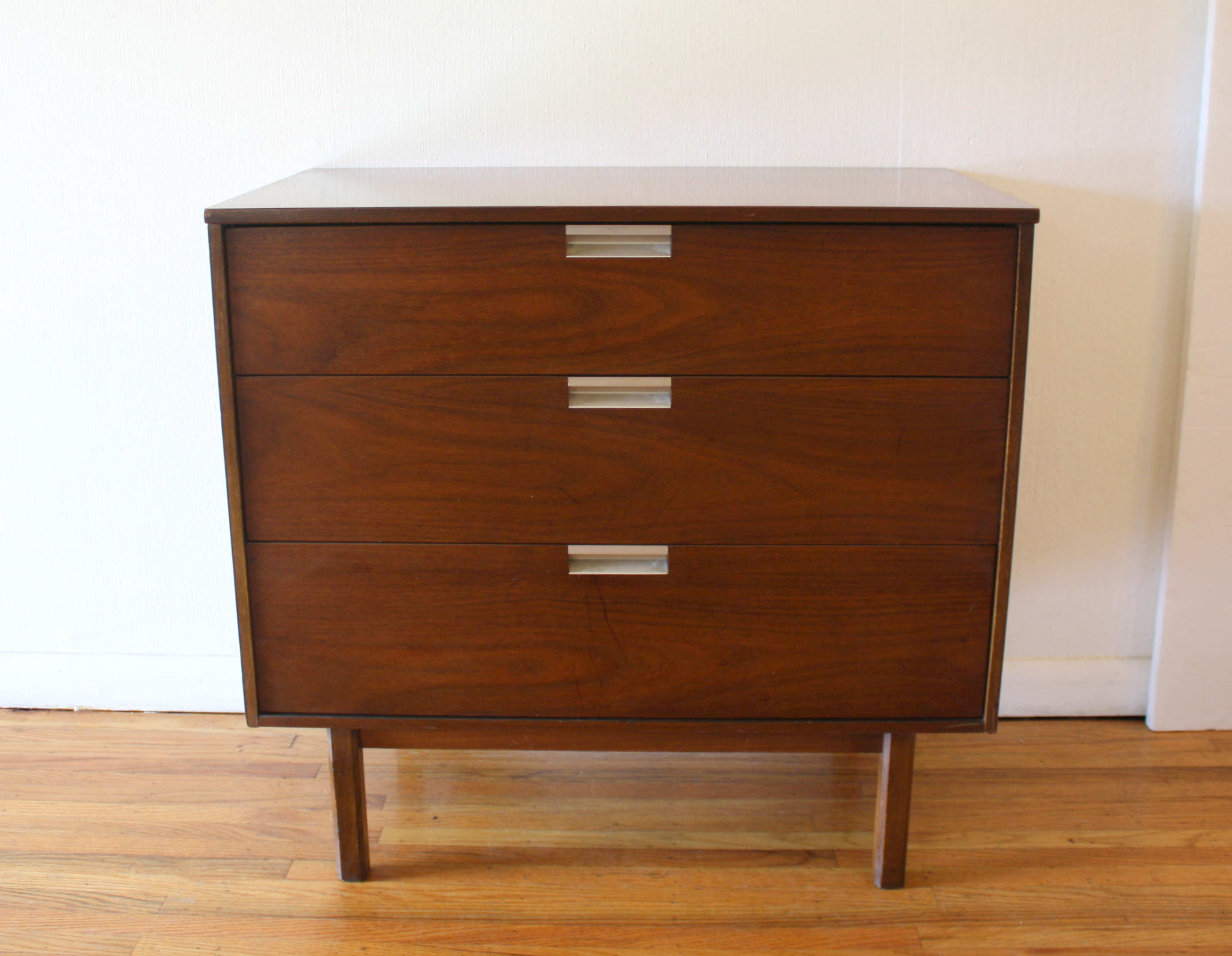 bassett-bachelor-chest-with-angled-pulls-1